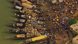 北非马里尼日尔河Mopti港口边的船只