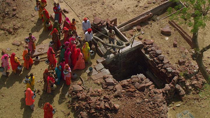 印度拉贾斯坦等候打井水的人群