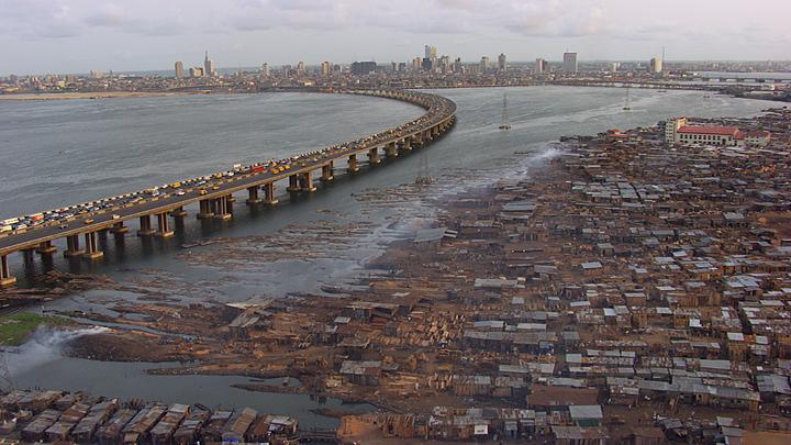 非洲最大产油国尼日利亚首都拉各斯的贫民区