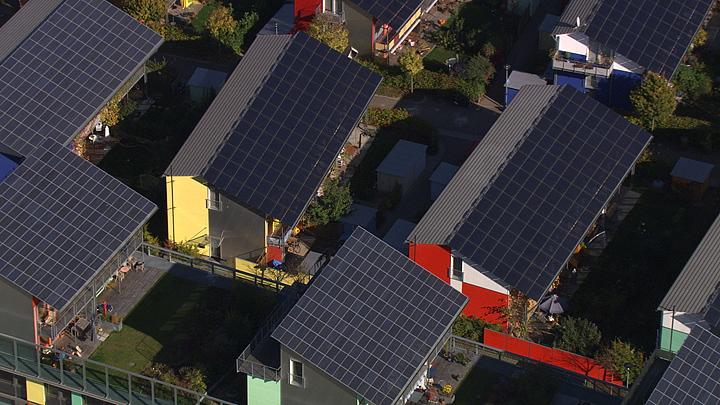 德国弗赖堡住宅顶上用以提供电力的太阳能电池板