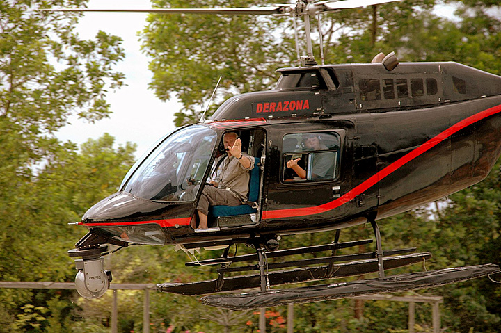Yann Arthus-Bertrand (扬·阿尔蒂斯-贝特朗)在拍摄直升机上