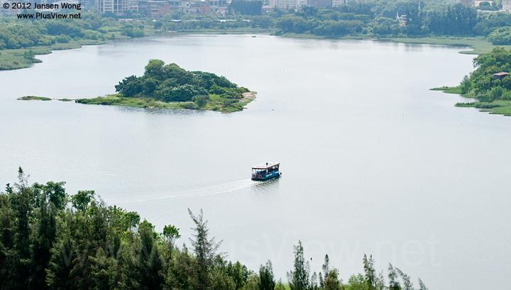 一艘大型游船由欢乐海岸南湖驶入华侨城湿地北湖