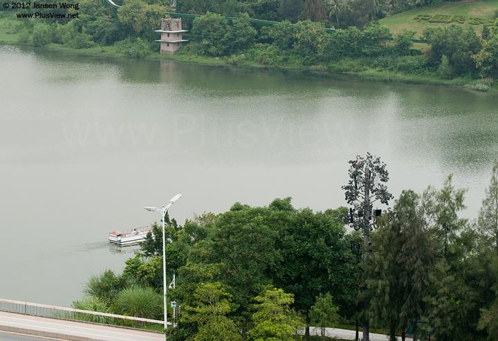 """""""美兰""""750游艇进入华侨城湿地北湖,向船坞开去"""