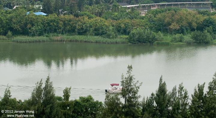 SUN TRACKER游艇进入华侨城湿地北湖向船坞开去