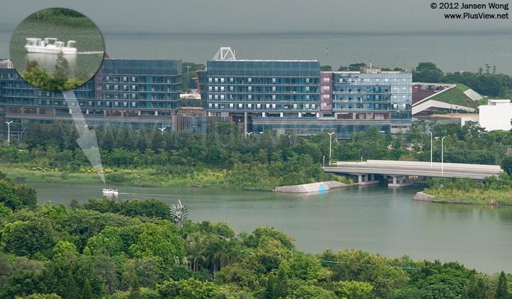 一艘白色游艇从欢乐海岸南区进入华侨城湿地北湖