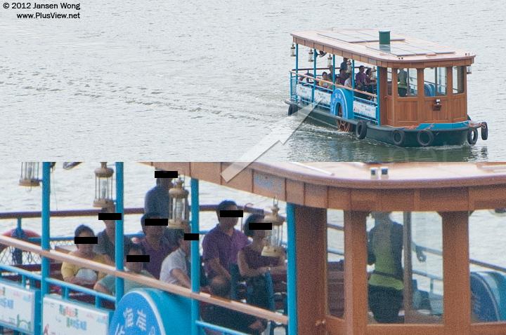 此大型游船绕华侨城湿地湖心岛一周后,开始返航。女工作人员在为8位游客讲解